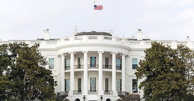 1. Beyaz Saray'da erken bir sabah, sabahlığını giymiş bir elinde diyet kola, diğerinde ise iPhone'unu tutan bir siluet ana yatak odasından çıkarken görülüyor.