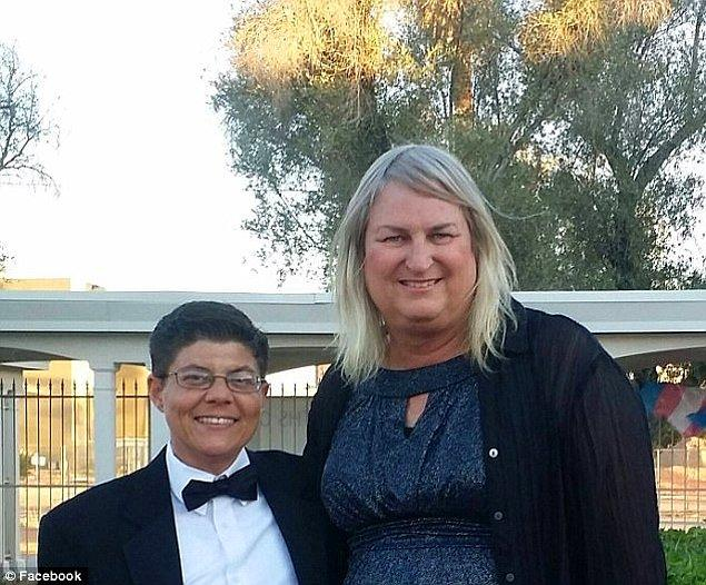 Bu aileyle aynı deneyimleri yaşayan transeksüel Chaz Bono da, kadın genital organlarıyla doğmanın 'yarım dalak gibi bir doğum kusuru' olduğunu söylüyor.