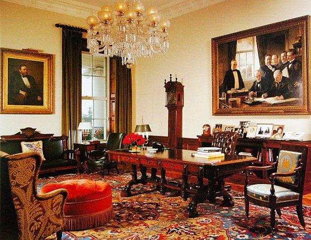 3. Günlük dozunu aldığında koridorun karşısındaki anlaşma odasına gidiyor. Bu odada zamanında başkanlar anlaşmalar imzalamış ve şifresi çözülmüş düşman mesajlarını okumuşlardır.