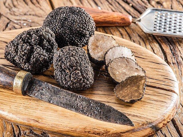 1. Trüf, Ascomycete olarak bilinen yer altı mantar grubunun yuvarlak ve düzensiz şekilli ürünü.