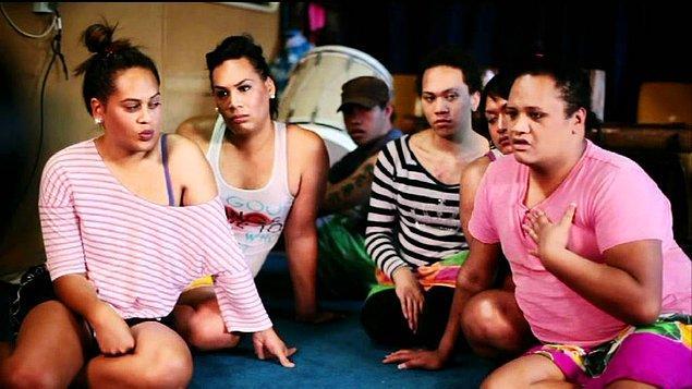 """Samoa dilinde """"fa'a"""" kelimesi """"gibi"""", """"benzer"""" anlamında kullanılıyor. """"Fafine"""" ise """"Kadın"""" demek. Yani tahmin ettiğiniz gibi """"Fa'afafine"""" tanımının, kadına benzer, kadın gibi olarak bir karşılığı var."""