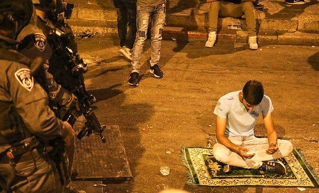 15. Sokakta yatsı namazı. 📷 Mostafa Alkharouf