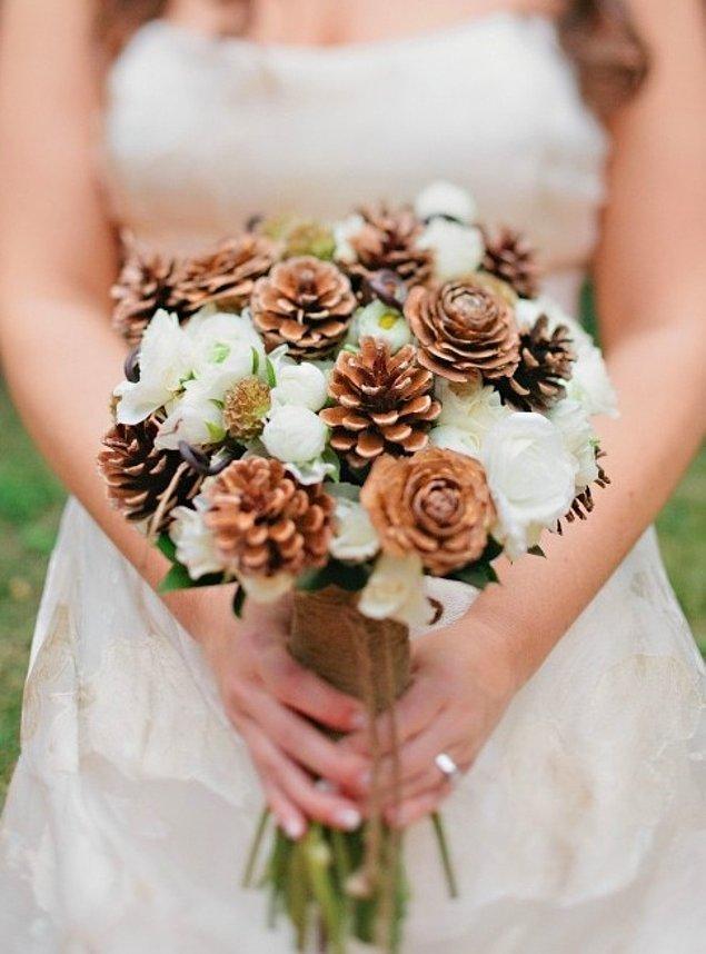 14. Ve yalnızca kış düğünlerine özel detaylar... Düğün çiçeğiniz için kozalakları kullanabilir,