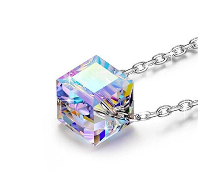 11. Pırıl pırıl bir elmas parkaklığında, üstelik kare formdaki bu orjinal tasarımlı kolye ise 2018'de kimler yıldızlar gibi parlayacak belirleyebilmeniz için