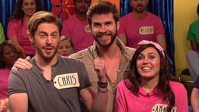 5. Miley 'Saturday Night Live'ı sunarken Liam onu desteklemek için programa katıldığında 😎