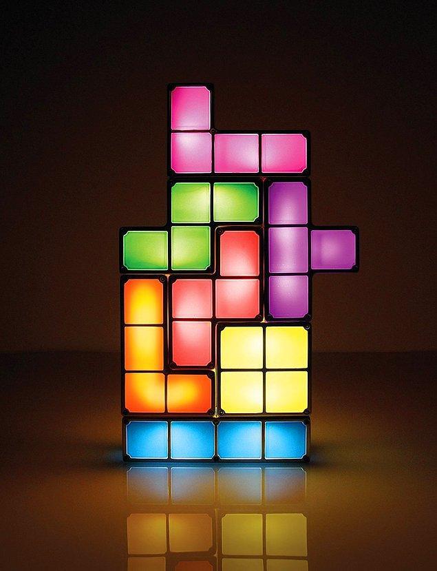 15. Gece bir türlü uykunuz gelmediğinde masanın üzerinde söküp söküp yapabileceğiniz Tetris lamba