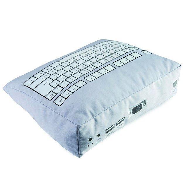 12. Yanına gittiğinizde bile bilgisayarın başından kalkmayan, hatta o masada uyuduğunu düşündüğünüz arkadaşınıza alabileceğiniz klavye yastık
