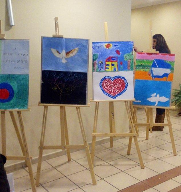 Festival Alanında çeşitli rehabilitasyon merkezleri ve sevgi evlerinden çocukların çizdiği özgürlük temalı resimler de sergilendi.