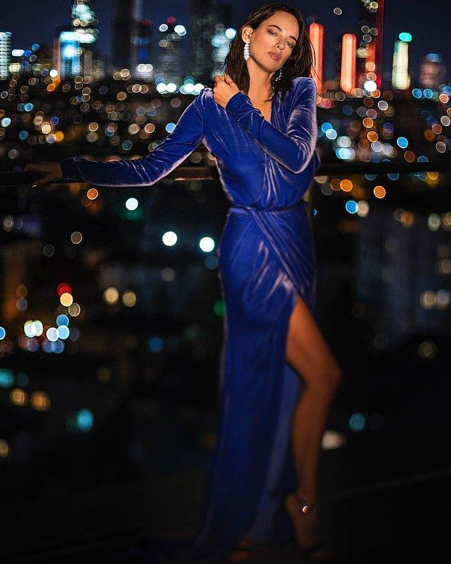 9. Seda Bakan'ın üzerindeki saks mavisi kadife kıyafeti tam anlamıyla harika!!! Işıl ışıl parlayan küpeleri de ona ayrı bir şıklık katmış açıkcası.