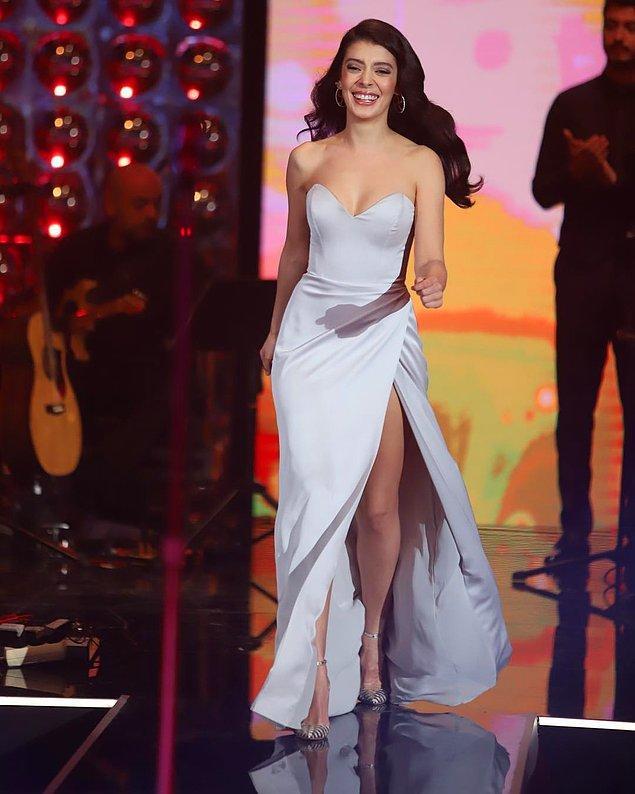 11. Selin Şekerci, beyaz saten elbisesi ile adeta kusursuz görünüyor...