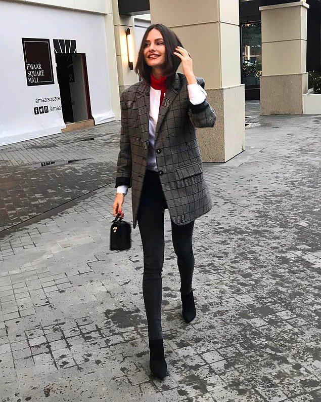 12. Yasemin Özilhan her hafta farklı bir giyim ile karşımızda! Bu hafta da tam bir iş kadını edasıyla gözlerimizi kamaştırıyor. Ve biz çok yakıştırdık. Üzerindeki cekete de ayrı bir bayıldık!