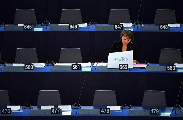 3. İsveçli Avrupa Parlamentosu üyesi Linnéa Engström, cinsel istismara karşı 'Me too' pankartını meclise getirdi, 25 Ekim, Fransa.