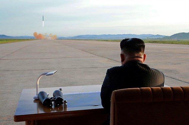 6. Kuzey Kore lideri Kim Jong Un, Hwasong-12'nin fırlatılışını izliyor, 16 Eylül.