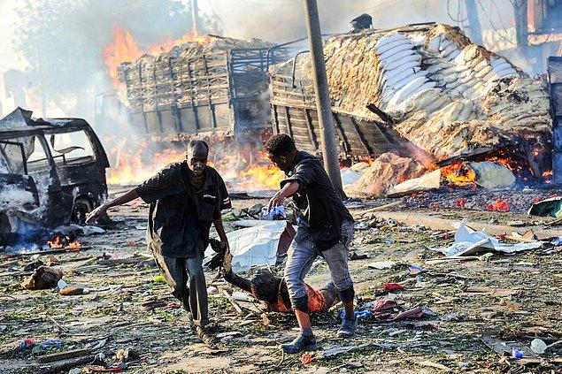 8. Mogadişu'da bir araçla yapılan bombalı saldırısı sonucu yaralılar, Somali, 14 Ekim.