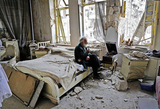 10. Halep şehrinde 70 yaşındaki Mohammed Mohiedin Anis odasında bir pipo içip, plak dinliyor, 9 Mart.
