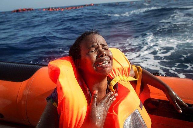 13. Kuzey Afrika kıyılarından çıkan ahşap teknenin batması sonucu bebeğini kaybeden anne ağlıyor, 24 Mayıs.