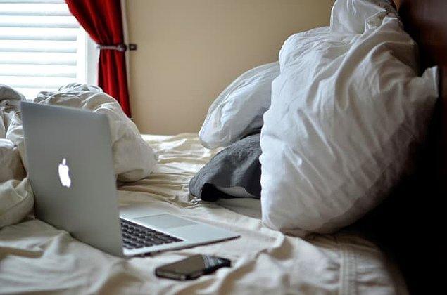 1. Dizüstü bilgisayarınızı yatağınıza getirmeyin, bu sizi uykusuz bırakan ve sosyal medya stresini uyku alanınıza taşıyan bir alışkanlık.