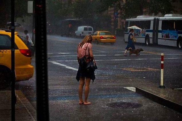 Annen yağmur yağacak, şemsiye al dediğinde onu dinlemeyip evden çıkmak!