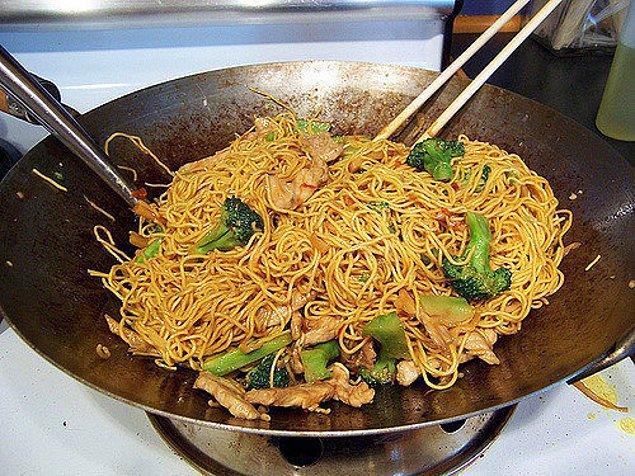 16. En sevdiğiniz yemekleri dışarıdan sipariş vermek yerine evde yapmayı öğrenin. Hem sağlıklı hem hesaplı beslenmiş olun!