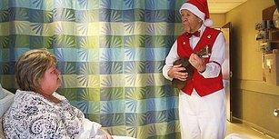 Senelerdir Yılbaşı Öncesi Hastanede Yatan İnsanlara Noel Baba Kostümüyle Ukulele Çalan Adam