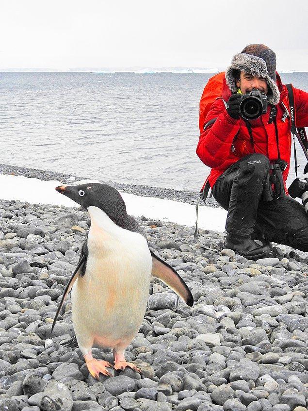 Aralarında Antarktika'nın da bulunduğu 6 kıtada, 50'den fazla ülkeye ziyarette bulunmuş ve dünyadaki 10 bin kuş türünün yüzde 30'unu görmüş.