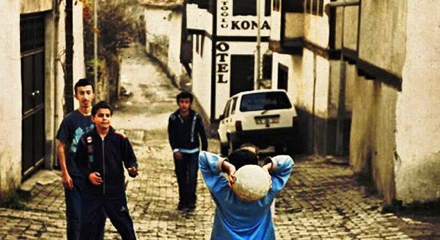 4. Fırsatı bulduğumuz an kendimizi sokakta bulurduk. Arkadaşlarımızla sokakta oyun oynayabilmenin keyfi bambaşkaydı.