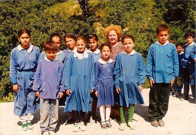 15. Okulda giydiğimiz mavi önlüklerimiz ve beyaz yakalarımızla şirinleri andırırdık.