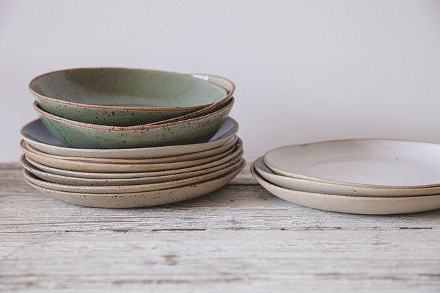 3. Taşınırken tabakların arasına plastik ya da karton tabaklardan koyun. Darbeyi azaltır, kırılma, çizilme gibi şeylerin önüne geçersiniz.
