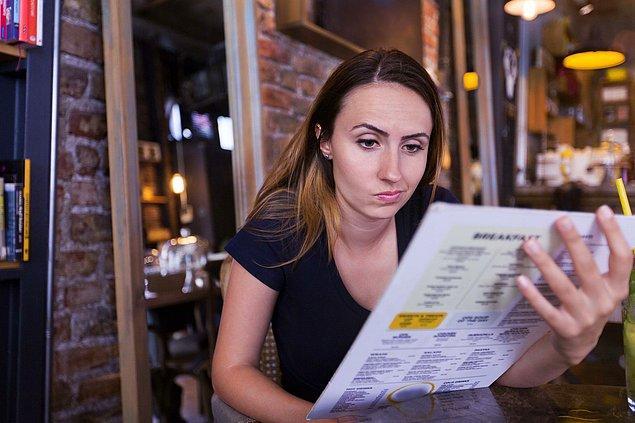 8. Bir restoranda ne yiyeceğinize karar veremediğinizde garsonun favorisini sorun. Büyük ihtimalle menüdeki en güvenli ve başarılı yemeği yemiş olursunuz.