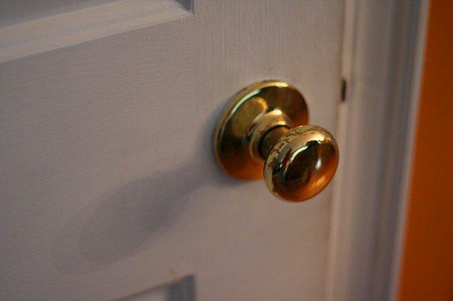 """10. Sık sık kapınız çalınıyorsa kapıyı montla açın. Eğer sevdiğiniz biriyse """"Dışarıdan yeni gelmiştim"""" dersiniz. Sevmediğiniz biriyse de: """"Ben de tam çıkıyordum"""""""
