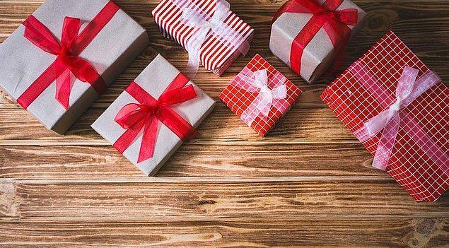 """Katılımcılardan yalnızca yüzde 15'inin """"hayalimdeki hediye giysi, ayakkabı ya da çanta"""" demesine rağmen, yılbaşında en çok bu kategoride hediyeler alındığı ortaya çıktı."""