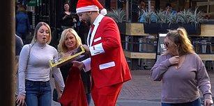 Noel Baba Kıyafeti ile Rastgele İnsanlara Noel Hediyesi Dağıtan Adam