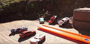 Arka Bahçesini Oyuncak Arabaları İçin Parkura Çeviren Adamdan Muhteşem Eğlenceli Görüntüler