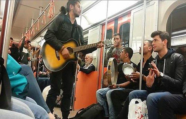 Ankara metrosunda 2013 yılında üç gencin, gitar eşliğinde şarkı söylemesi üzerine metroyu kullanan görevli uyarıda bulunmuş, gençler, müziğe devam edince metro durdurulmuştu.