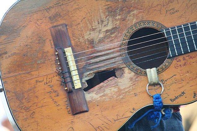 6. Willie Nelson'un 45 yıl kullandığı gitar.
