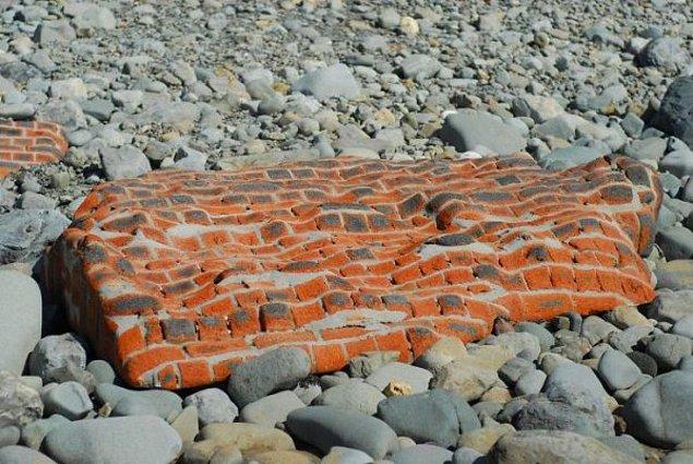 15. Deniz bu tuğladan duvarı istediği gibi yontmuş.