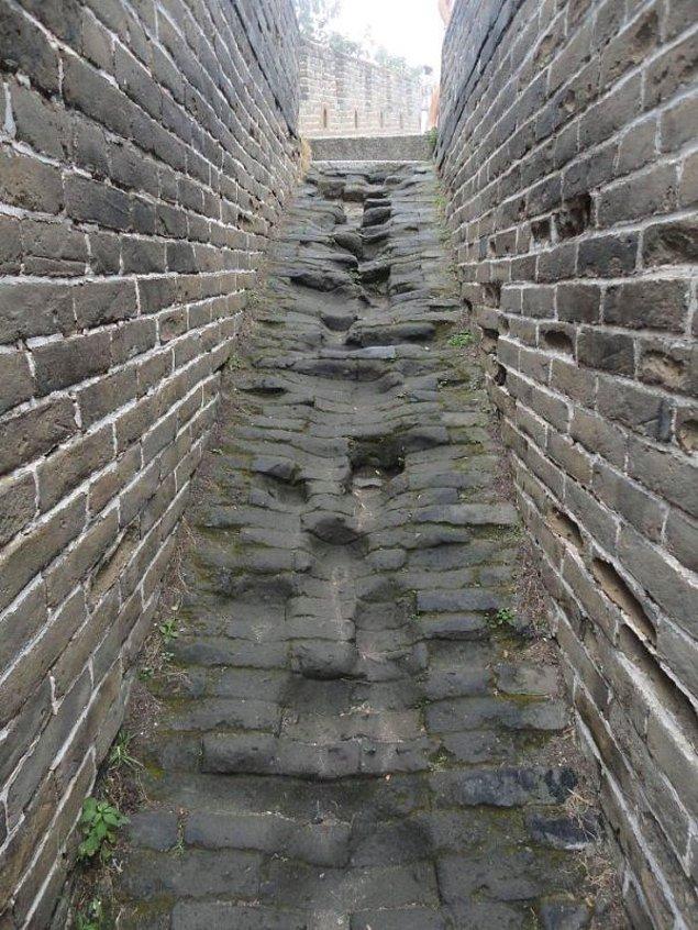 26. Çin Seddinde kullanılmaktan aşınmış basamaklar.
