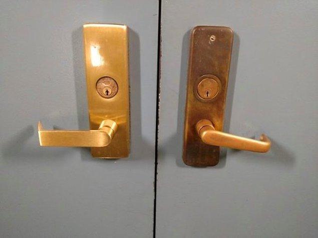 30. Üniversitede biri kilitli diğeri ise kullanımda iki kapı.