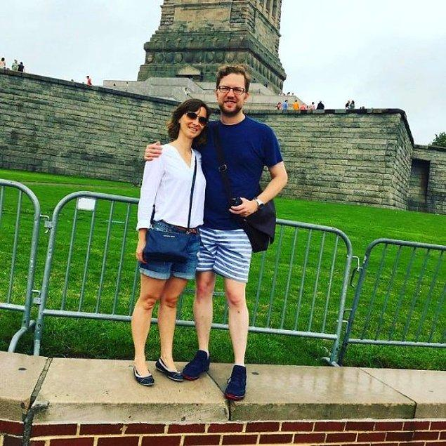 """24. """"Buna hala gülüyorum: Yoldan geçen birinden Özgürlük Heykeli İLE fotoğrafımızı çekmesini istedik."""""""