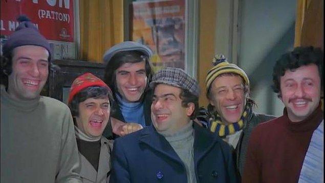 Ertem Eğilmez'in 1975 tarihli Mavi Boncuk filminden bir kare... Usta oyuncuların yer aldığı bu fotoğraftan bugün yaşayan bir tek Metin Akpınar kaldı.