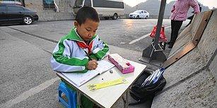 Evlerinde Işık Olmadığı İçin Ödevlerini Sokakta Yapmak Zorunda Kalan 8 Yaşındaki Çocuk