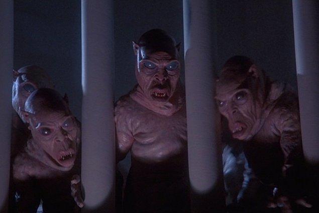 10. Kapının önüne geldin. Arkana baktığında peşinde daha önce hiç görmediğin tuhaf yaratıkların olduğunu gördün. Ne yapacaksın?