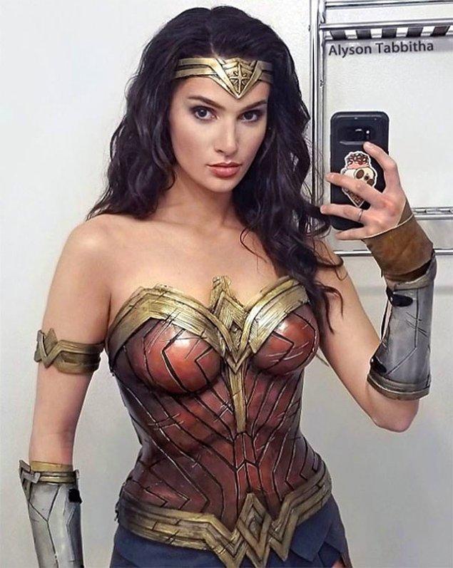 "1. ""Alyson Tabbitha'nın başarılı Wonder Woman cosplayi."""