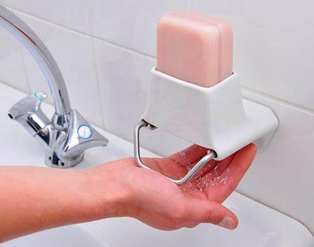 10. Kullanım sırasında katı sabunu elinize rendeleyen ve hijyen sağlayan sabunluk.