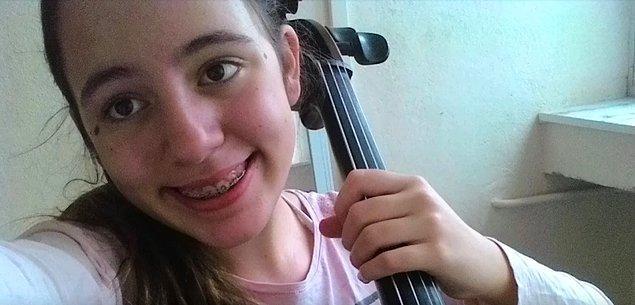 10 yaşındayken tanıştığı enstrümanını çok sevmiş ve eğitmenleri de destek verince kısa sürede önemli mesafe almış.