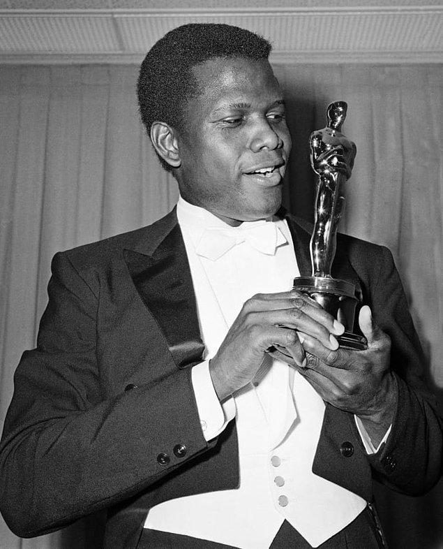 İşte tüm bu başarılarıyla dikkat çeken Oprah Winfrey kazandığı ödülü almak için sahneye çıktığında tüm salonu etkileyen bir konuşma yaptı.