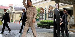Tayland Başbakanı Karton Maketini Basın Toplantısında Bırakarak 'Bu Adama Sorun' Dedi