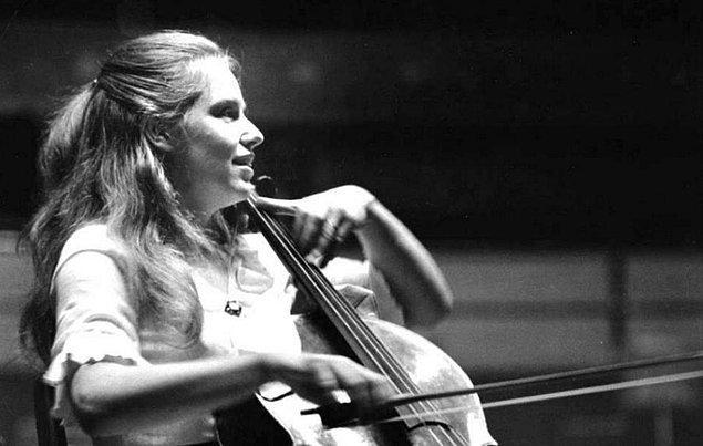 İdolü ise dünyaca ünlü İngiliz müzisyen Jacqueline Mary du Pré.