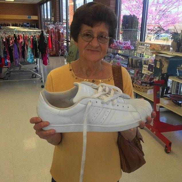 7. Torununa alışveriş yaparken gördüğü bu ayakkabı karşısında hayretler içerisinde 😅😅