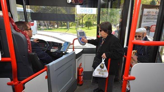 Aslında onları bu kadar çok otobüste, metroda görme sebebimiz, büyükşehirlerde uygulanan 65 yaş kartı ile ücretsiz seyahat edebiliyor olmaları.